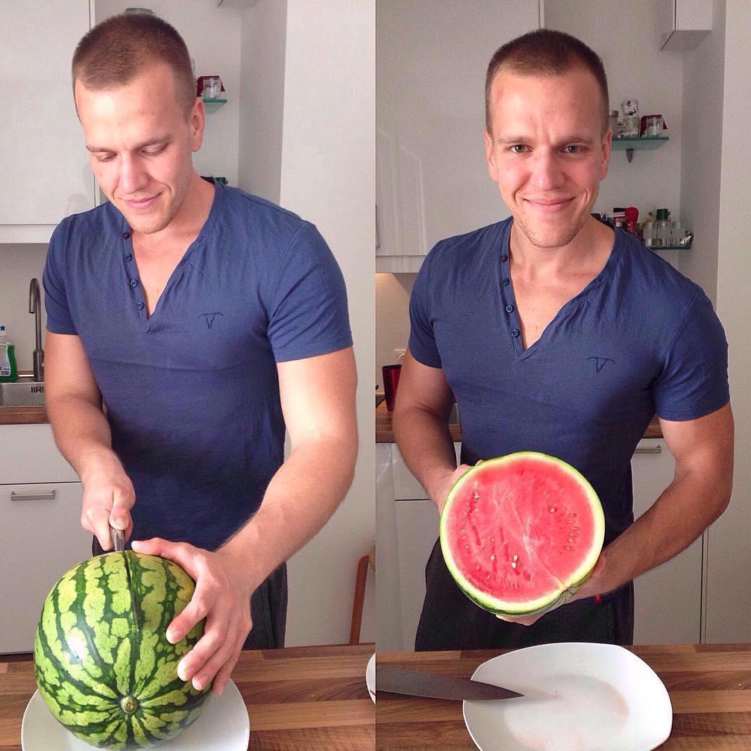 Lukas beim Schneiden einer Wassermelone