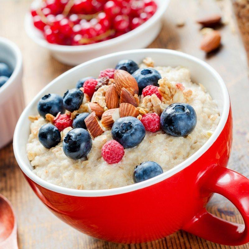 Protein Porridge mit Nüssen und Beeren