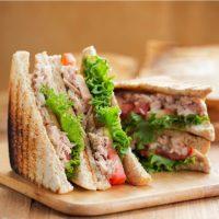 Gesunde Sandwiches mit Thunfisch und Avocado