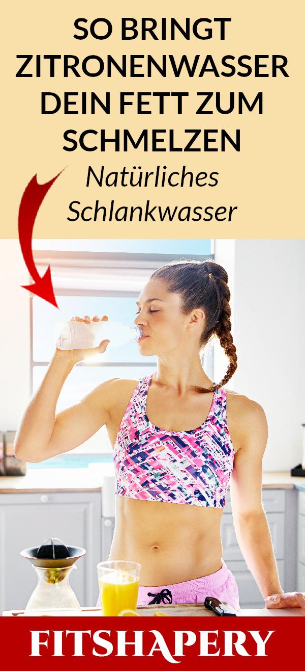 Frau trinkt Zitronenwasser am Morgen