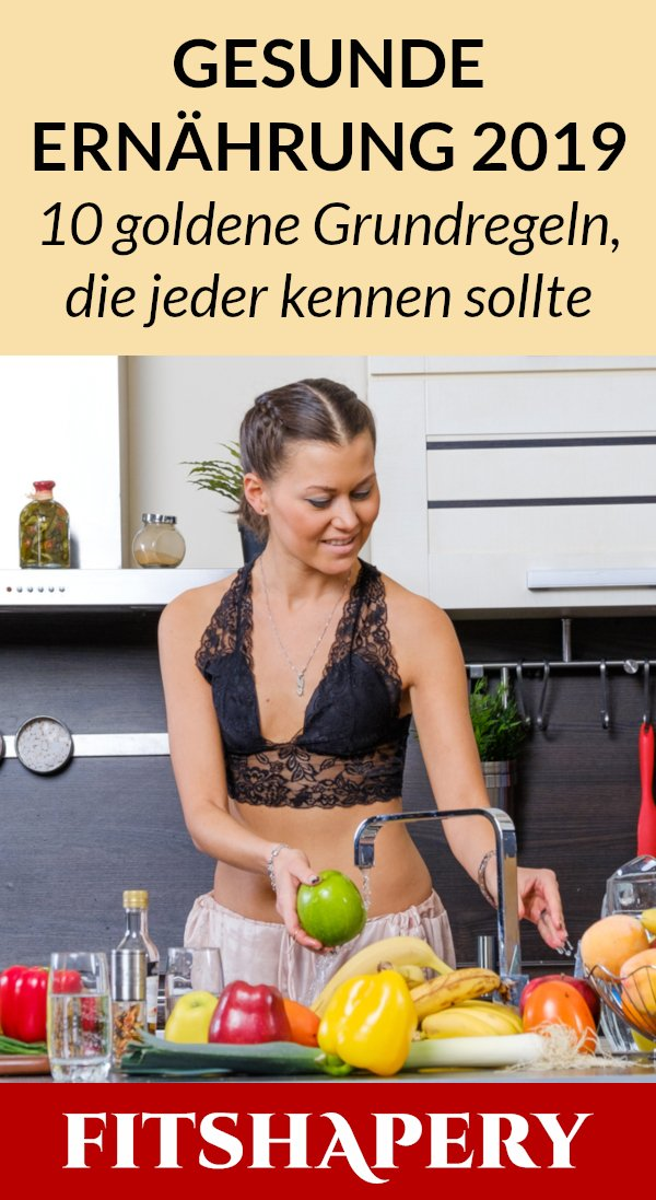 Frau wäscht gesunde Lebensmittel zum Abnehmen