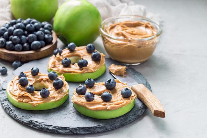 Apfel mit Nussbutter als gesunder Snack