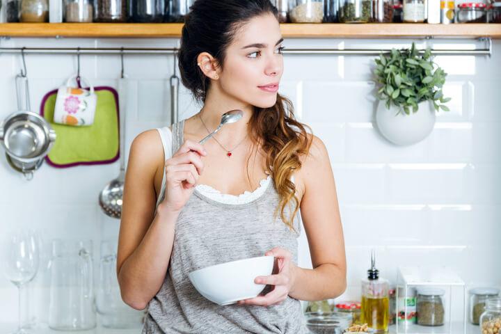 Frau isst Frühstück zum Abnehmen
