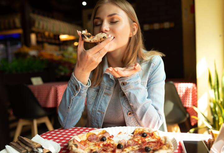 Frau isst abends Kohlenhydrate
