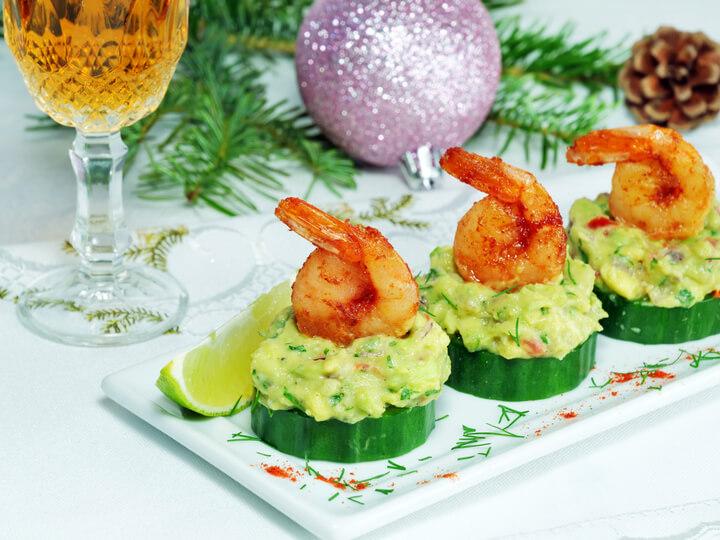 Gurke mit Guacamole als gesunder Snack