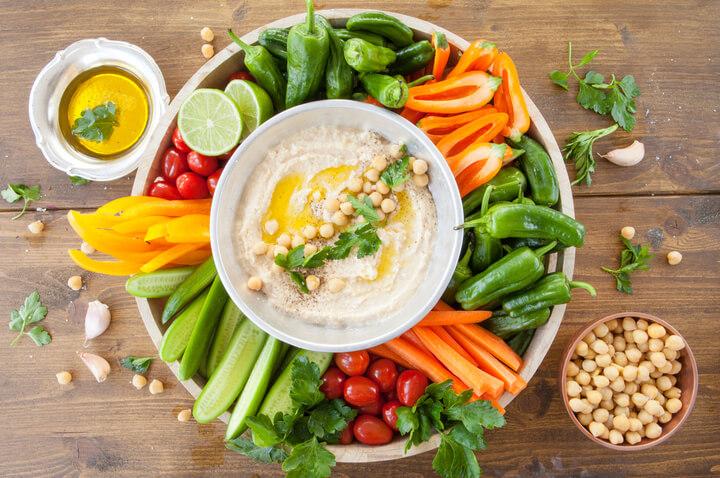Hummus mit Gemüse als gesunder Snack