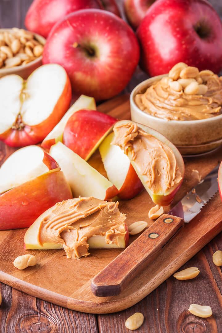 Apfelspalten mit Erdnussbutter als Post Workout Snack