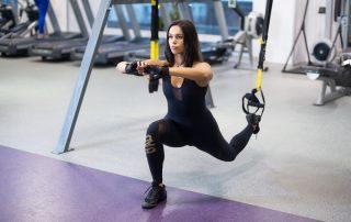 Frau macht Schlingentrainer Übungen
