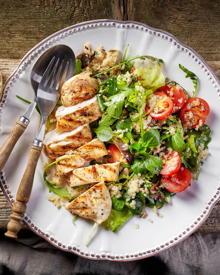 Quinoa Salat mit Hähnchen als Post Workout Meal