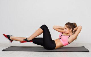 Frau macht HIIT Workout zuhause
