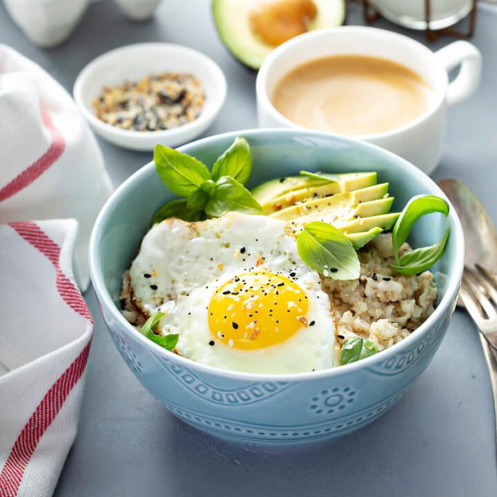 Herzhaftes Porridge mit Ei und Avocado