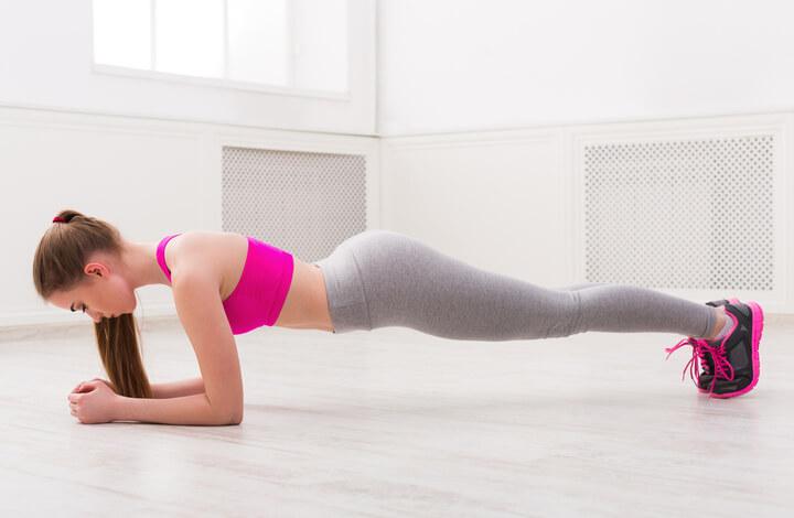 Frau macht klassische Planks