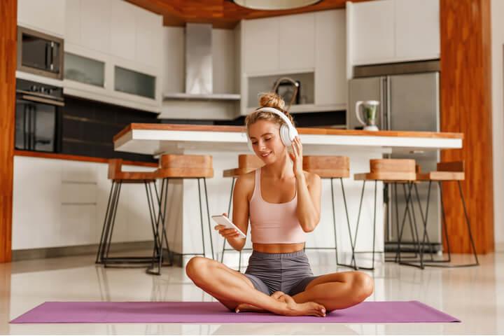 Frau zeigt gesunde Gewohnheiten für morgens vor