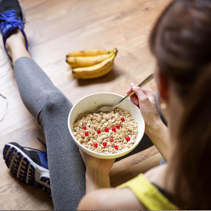 Frau isst Haferbrei zum Frühstück