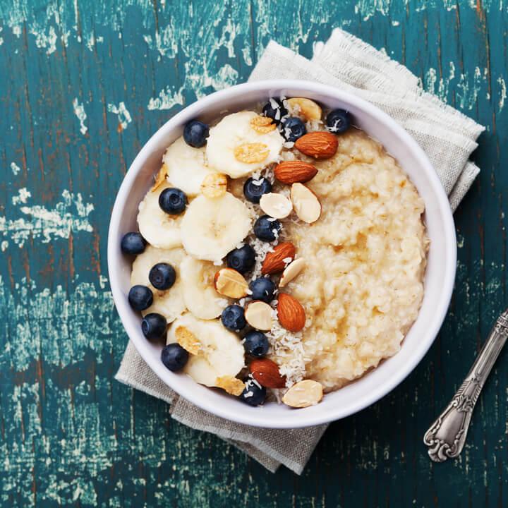 Porridge mit Obst und Nüssen
