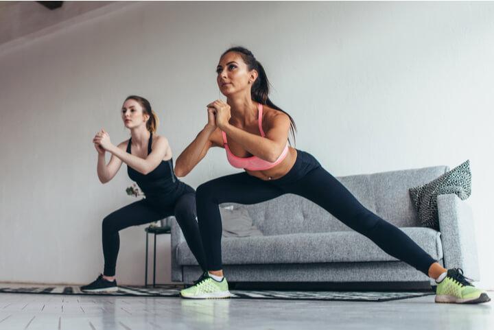 Zwei Frauen trainieren die inneren Oberschenkel